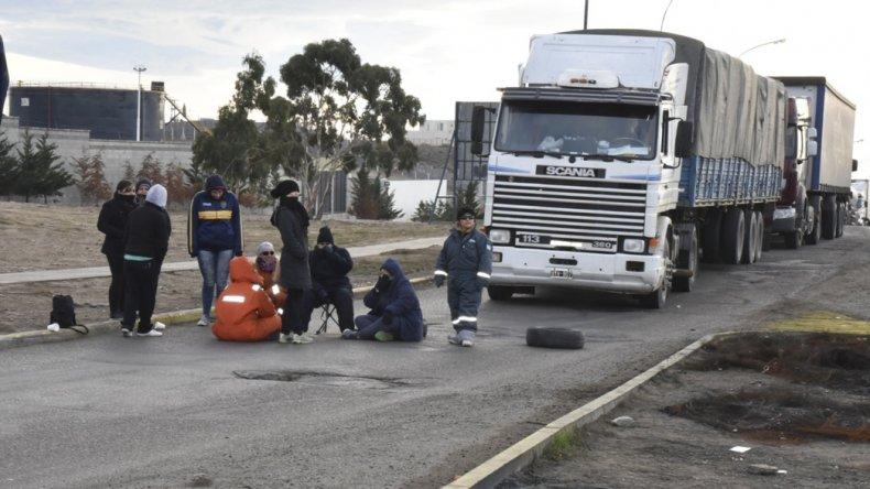 Un reducido grupo de trabajadores municipales cortó durante algunas horas el acceso norte a la ciudad del Gorosito.