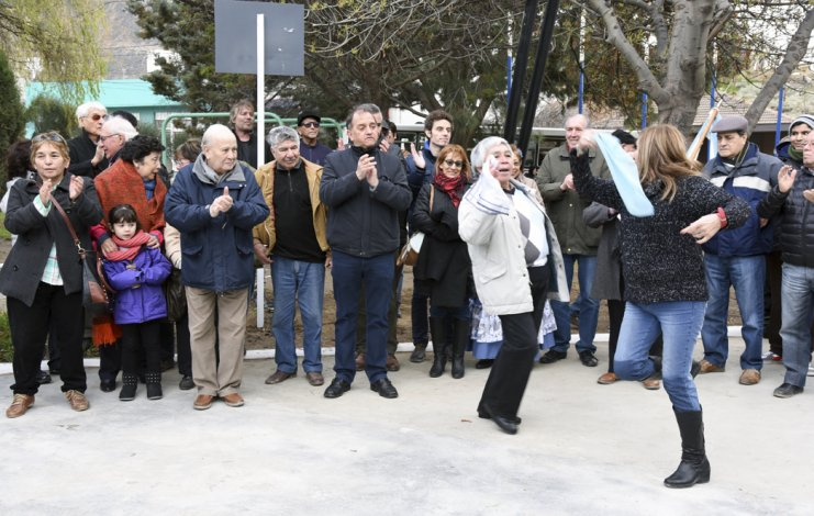 Un emotivo momento musical se produjo con los vecinos mientras se habilitaba el monumento catamarqueño.