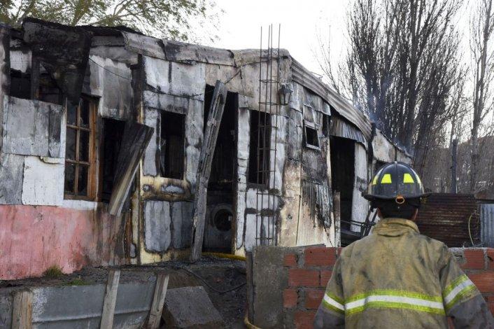 Un incendio destruyó una casa en la zona de Quintas