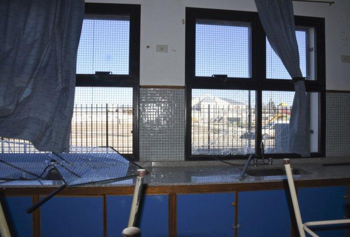 Denuncian que un grupo de chicos rompió 45 vidrios de la Escuela 738