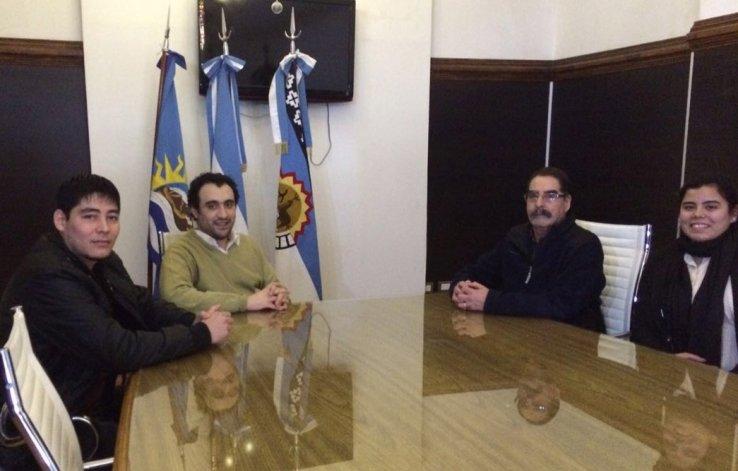 Cristian Perullini –izq– junto a parte del resto de la comisión directiva.