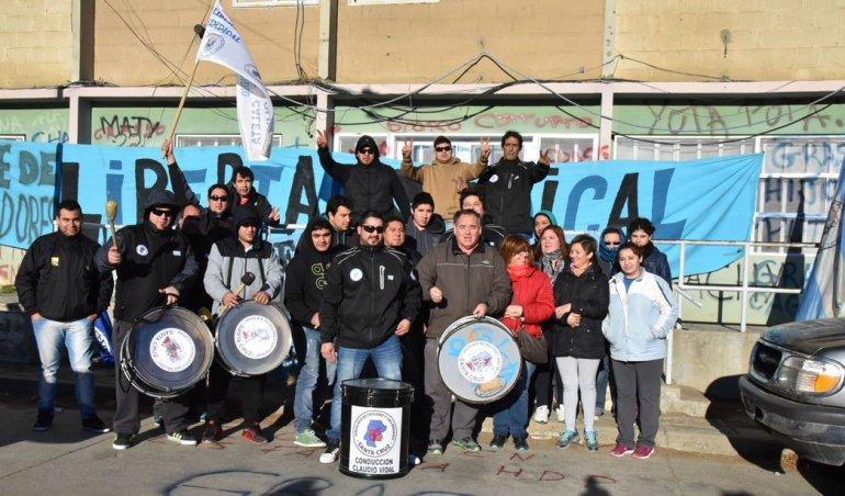 Trabajadores petroleros y sus familias se manifestaron ayer en el acceso al edificio local del Instituto de Desarrollo Urbano y Vivienda.