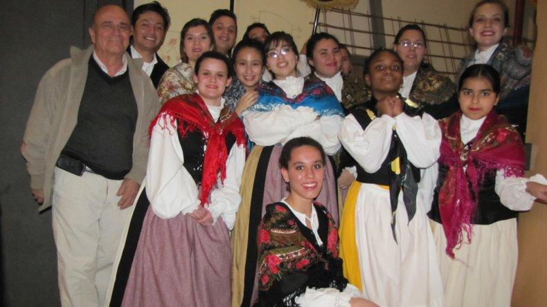 El presidente José Agrelo junto a integrantes de cuerpo de danzas del Centro Gallego.