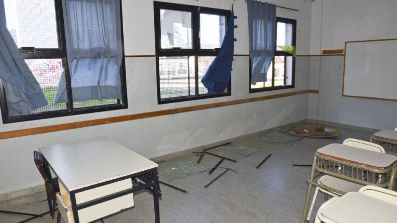 Los vidrios fueron rotos con puntas de hierro por un grupo de diez niños de unos 8 años que son del barrio San Cayetano