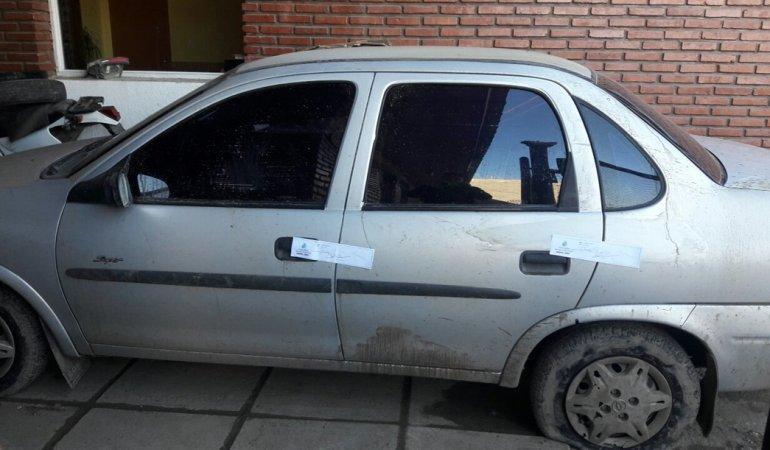 El Chevrolet Corsa en el que se movilizaba la banda que resistió a tiros su detención.