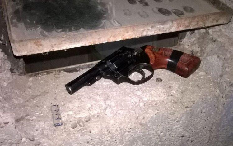 La policía incautó el revólver calibre 22 que uno de los jóvenes delincuentes arrojó a un cantero