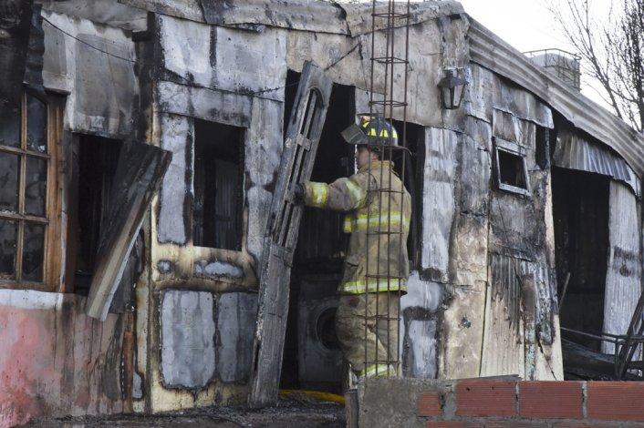 Bomberos del Destacamento 1 combatieron las llamas que destruyeron la vivienda en la zona de Quintas.