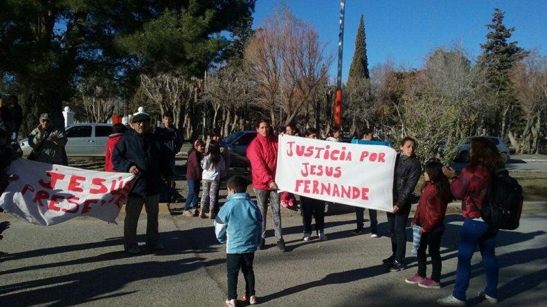 Los familiares y amigos de Jesús Fernández se manifestaron ayer en las puertas de la comisaría de Sarmiento.