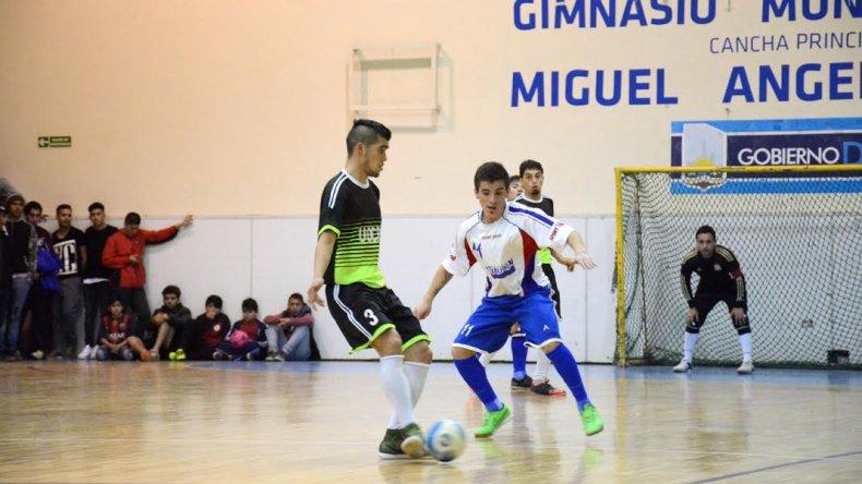 UOCRA le ganó 8-3 a Auto Lavado El Tiburón en la primera final jugada hace ocho días en un gimnasio municipal 1 que lució repleto.