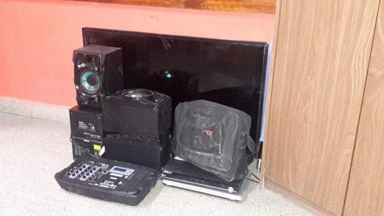 Los objetos robados que la policía secuestró del vehículo en el que la banda escapaba.
