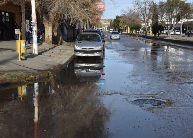 La esquina de las avenidas céntricas Independencia y Fagnano se torna intransitable para los peatones