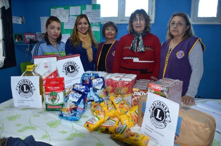 María Guineo y Verónica Delgado recibieron las donaciones que desde el Club de Leones hicieron llegar Elsa Peralta