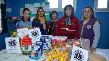 María Guineo y Verónica Delgado recibieron las donaciones que desde el Club de Leones hicieron llegar Elsa Peralta, Olga Sarmiento y Sonia Montes.