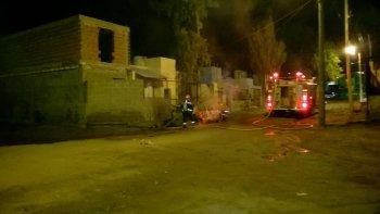 Bomberos apagan el incendio del vehículo de la Policía Científica que fue prendido fuego por un delincuente mientras se allanaba un domicilio del Abásolo.