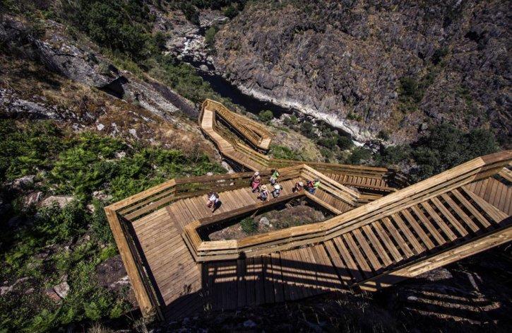 Recorrer las pasarelas es una experiencia única caracterizada por un paisaje dramático y una infraestructura que interfiere lo menos posible con el paisaje.