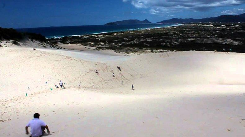 Surf en las dunas de Joaquina es una actividad ideal para toda la familia.