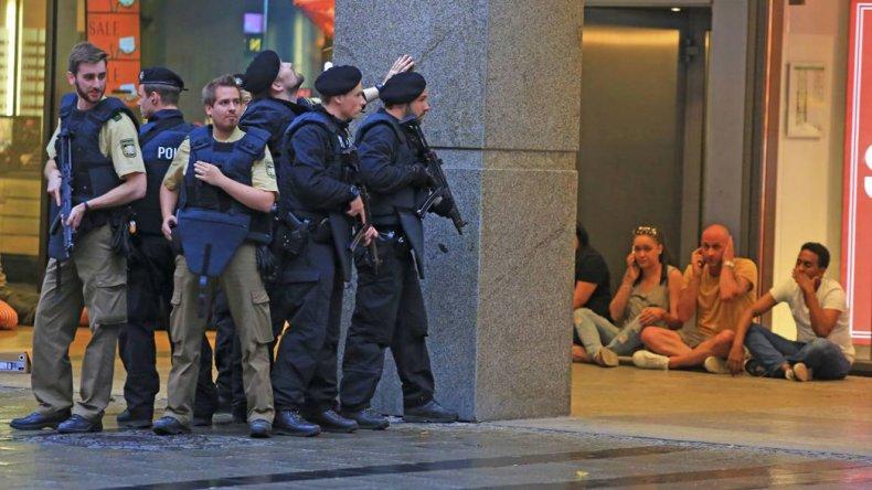 La policía alemana en el operativo del viernes en el shopping cuando buscaba a tres supuestos atacantes.