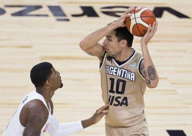 Carlos Delfino con el balón marcado por Paul George.