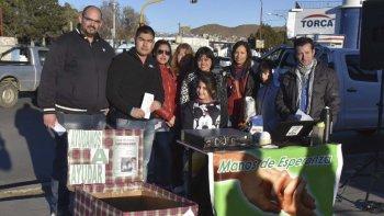 Los integrantes de Manos de Esperanza, llevaron a cabo ayer una campaña de recolección de alimentos en la zona céntrica de Caleta Olivia que luego llevarán a comedores barriales.