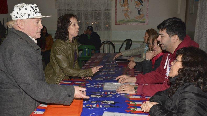 Los funcionarios municipales que intercedieron en el conflicto institucional escucharon las quejas de un grupo de residentes trasandinos.