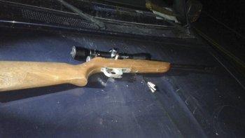 El rifle con mira telescópica fue incautado a dos individuos que en forma sospechosa habían estacionado su auto en un paraje de la ruta 40.