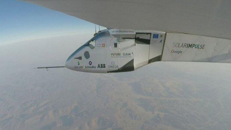 El avión que funciona con energía solar inició su última etapa de viaje