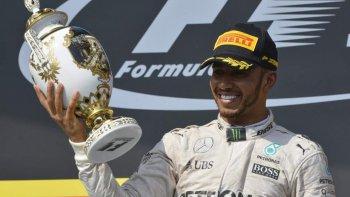 El inglés Lewis Hamilton festeja en el podio de la Fórmula 1.