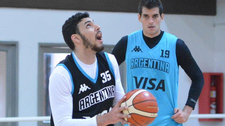 Roberto Acuña con el balón y de fondo Leonardo Mainoldi durante un entrenamiento de la selección argentina en el CeNARD.