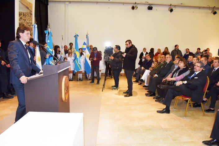 El intendente Luis Juncos al brindar su discurso por el aniversario.