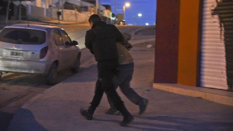 Momentos en el que la policía de la Seccional Cuarta detiene a uno de los sospechosos del robo. Colaboraron también efectivos de la Seccional Segunda.