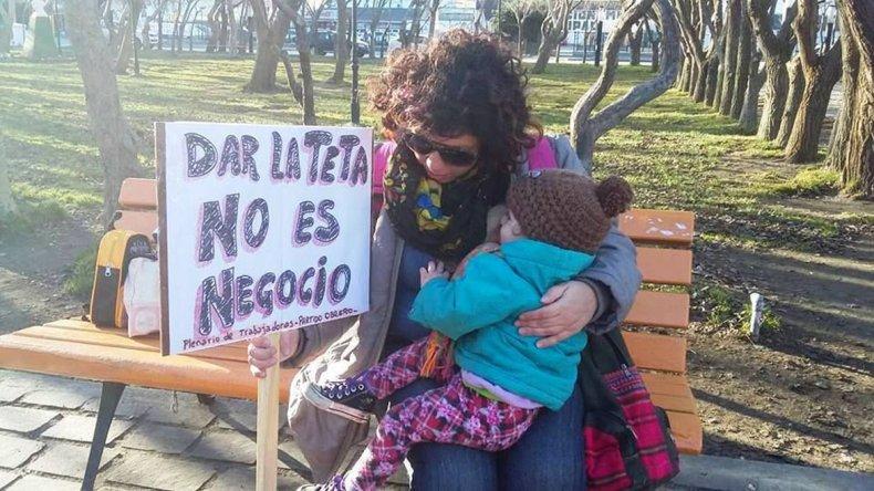 En la Plaza San Martín de Río Gallegos se realizó la convocatoria para defender el derecho a alimentar a los lactantes en espacios públicos.