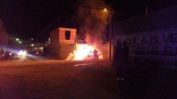 El momento de la noche del viernes en que el automóvil de la Policía Científica es consumido por el fuego, en el lugar donde detuvieron a Walter Cerroría.