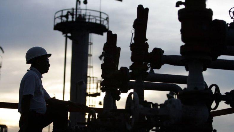 El petróleo se hundió un 2,4%, mínimo desde abril