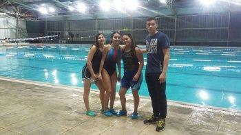 Las chicas sarmientinas junto a su entrenador Federico García.