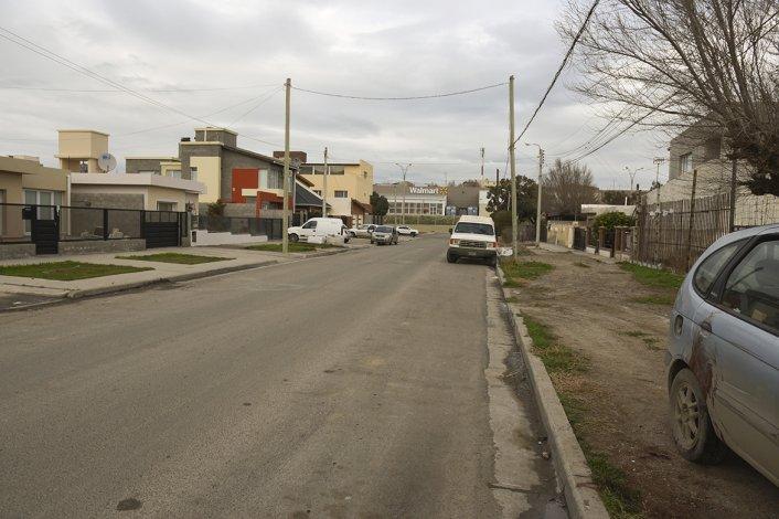 En esta calle ocurrió el nuevo episodio de inseguridad. Fue de madrugada y a la derecha se observa el vehículo que aparentemente quisieron robar.
