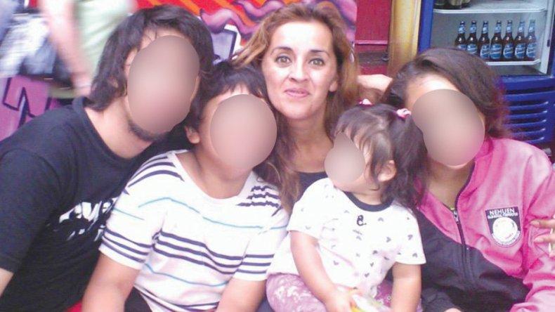 Angélica es madre de cuatro hijos. Los delincuentes la atacaron frente a la más pequeña.