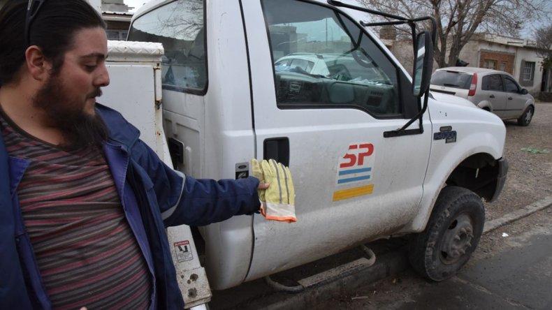 Un operario del área energía de la empresa provincial muestra un par de guantes de cuero que no son adecuados para realizar sus tareas.