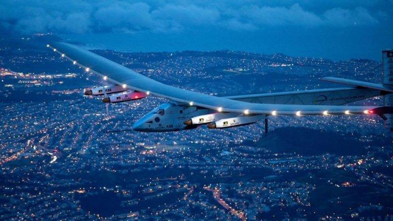 El avión solar en el cielo de San Francisco.
