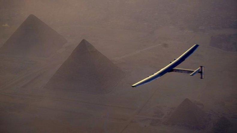 El Impulse 2 sobrevuela las pirámides de Egipto.