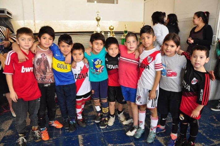 Algunos de los pequeños que tomaron parte del torneo infantil que se jugó en el gimnasio municipal 1.