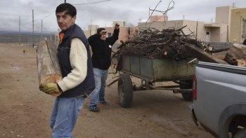 El concejal Rubén Martínez, junto a dos colaboradores, realizó la entrega de leña a diferentes familias que habitan en las 150 Viviendas.