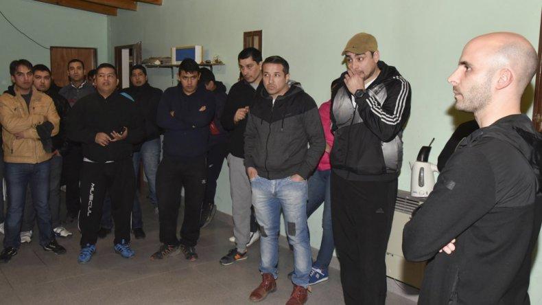 El ministro de Gobierno Fernando Bassanta escuchó el lunes por la noche los reclamos del personal policial subalterno que cumple funciones en Caleta Olivia. Hasta ese momento el paro era inminente porque no se conocía fecha de pago del medio aguinaldo.