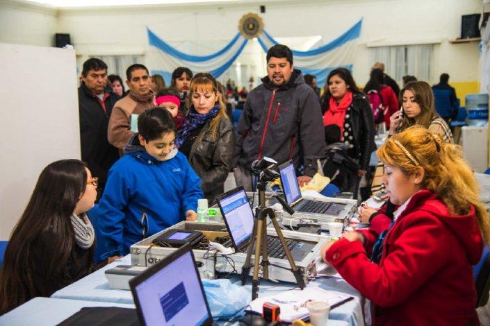 Aún quedan muchos ciudadanos por renovar el DNI. Tan solo el sábado más de 400 personas se acercaron al Liceo Militar donde se realizó una nueva campaña masiva de documentación.
