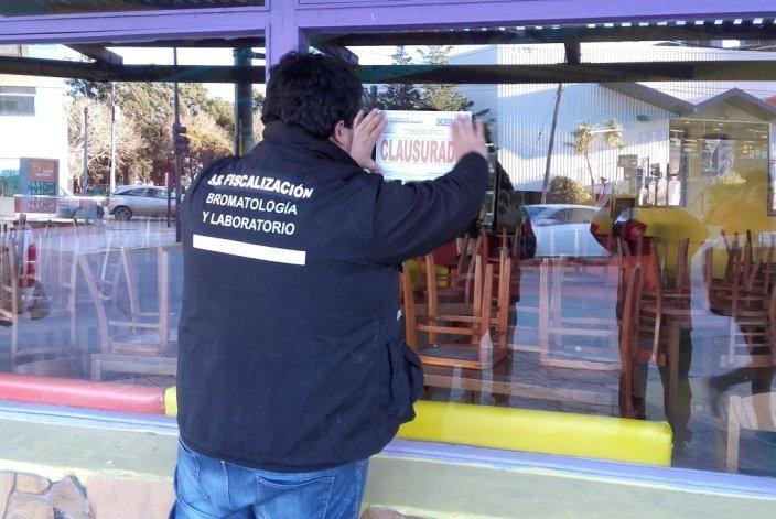 Los inspectores municipales clausuran el restaurante que funcione a escasos metros del edificio municipal.