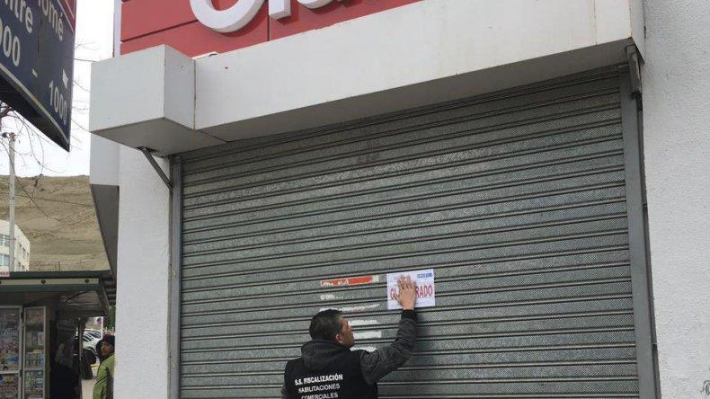 Inspectores municipales clausuran el local de Claro por las falencias detectadas.