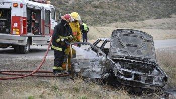 Los bomberos sofocan las llamas del VW Gol que se estrelló contra una columna.
