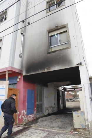 El principio de incendio ocasionó daños en el ingreso a la sede del gremio de Obras Sanitarias.
