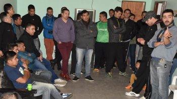 Independientemente de lo que resolvieran sus pares de Río Gallegos, los policías de cuadros subalternos que cumplen funciones en Caleta Olivia fijaron sus propias posturas.