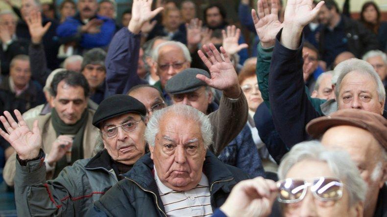 Quedó reglamentada la ley de pago a jubilados y el blanqueo de capitales