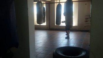 Denunció a un boxeador por llevarse a su hijo y golpearla